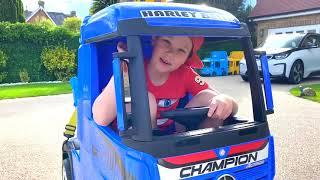Макс и Катя играют в машины