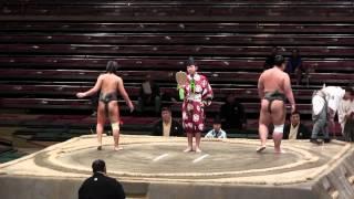 大相撲でのその日の最初の取組が始まるシーン。初っ口と呼ばれ、序の口...