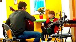 Первые уроки игры на Гитаре. Дети учатся играть