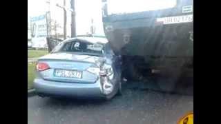 Transporter wojskowy Rosomak skasował Audi Poznań