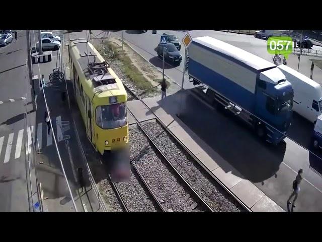 Cruza la calle distraída mirando su móvil y es atropellada por un tranvía