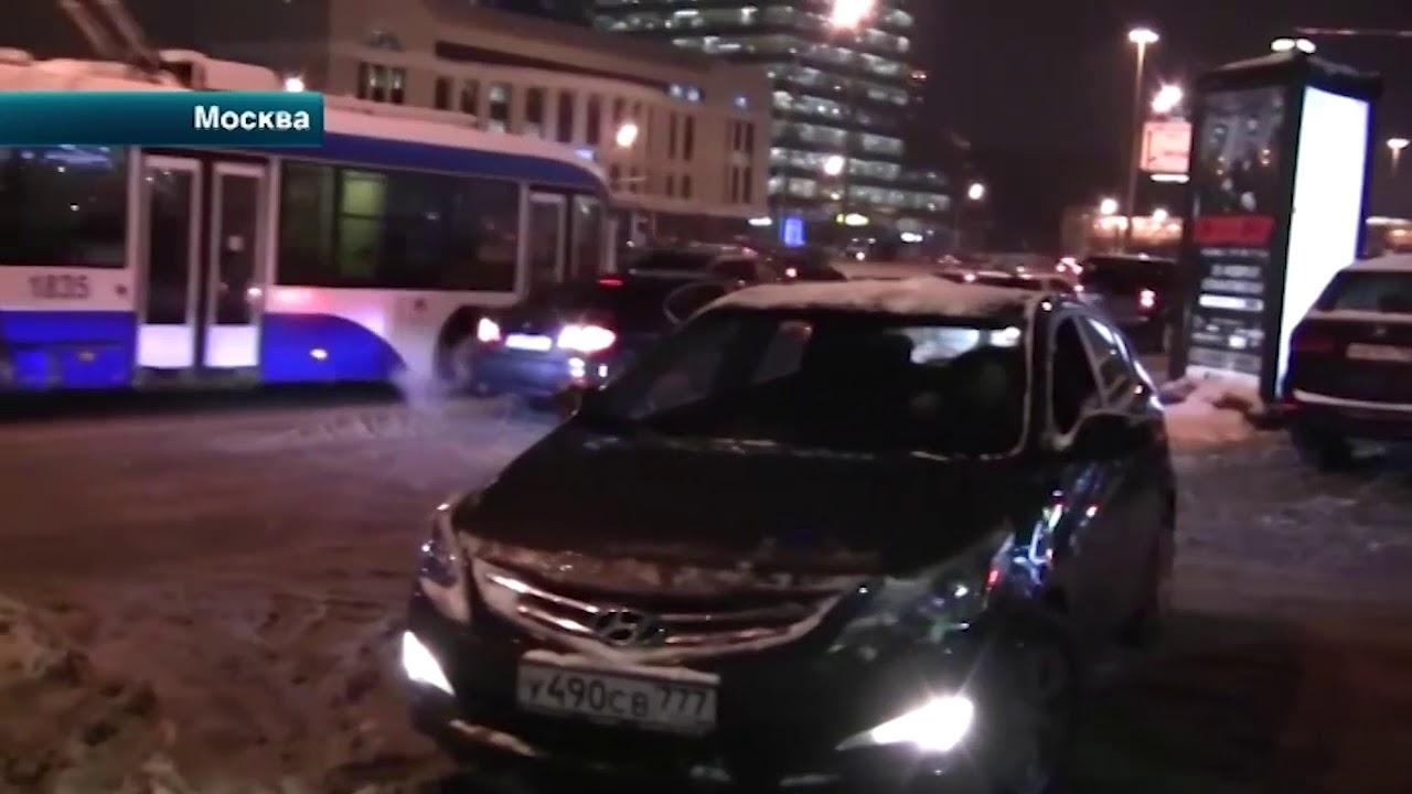 Автолюбители полезли в драку с активистами из-за парковки на тротуаре в Москве
