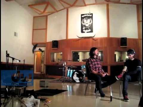 Dave Grohl Plays DW