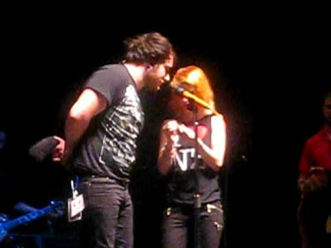 paramore concert christchuch nz- hayley taking out her ear ...