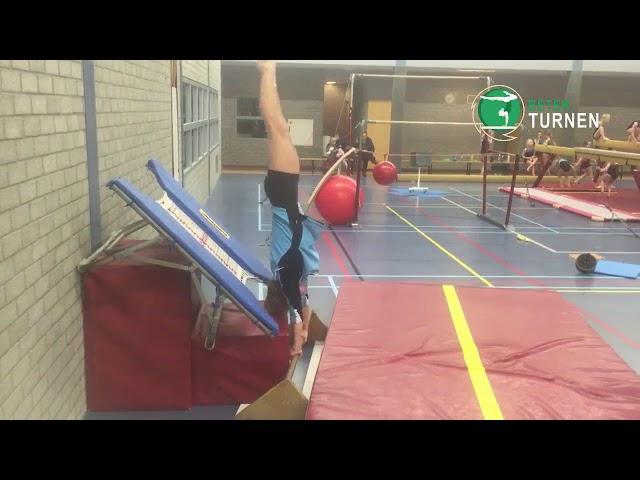 Het openen van de arm-romphoek met behulp van een trampoline