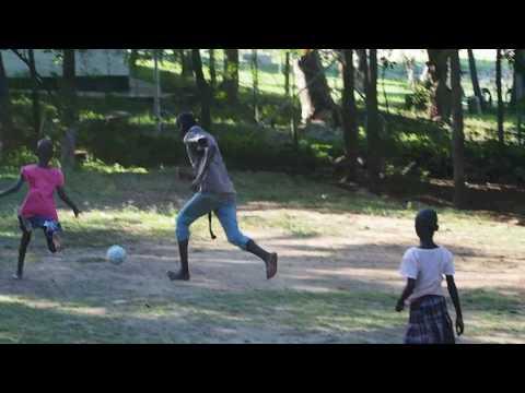 P3033625   Voetballende kinderen Floja Foundation