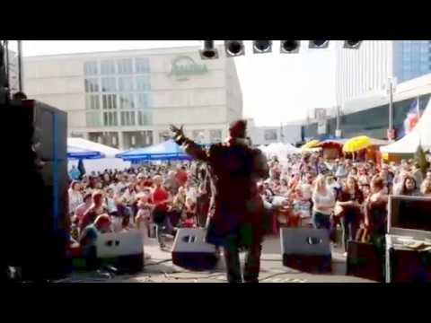 "Martin Martini auf dem Alexanderplatz mit ""can you feel the love tonight"""