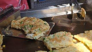 麵糊蛋餅—台灣街頭小吃.南門市場 Batter egg pancake roll(Danbing)Taiwan street food. Nanmeng market