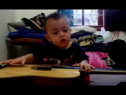 Bocah 1.5 tahun main gitar sambil nyanyi! xD
