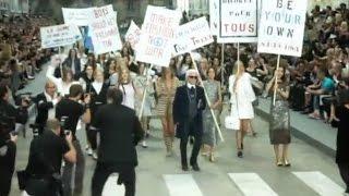 Карл Лагерфельд превратил показ Chanel в марш протеста (новости) http://9kommentariev.ru/(http://www.epochtimes.ru ] Модный дом Chanel представил во вторник в Париже новую коллекцию весна-лето. Гости и критики,..., 2014-10-01T11:53:27.000Z)