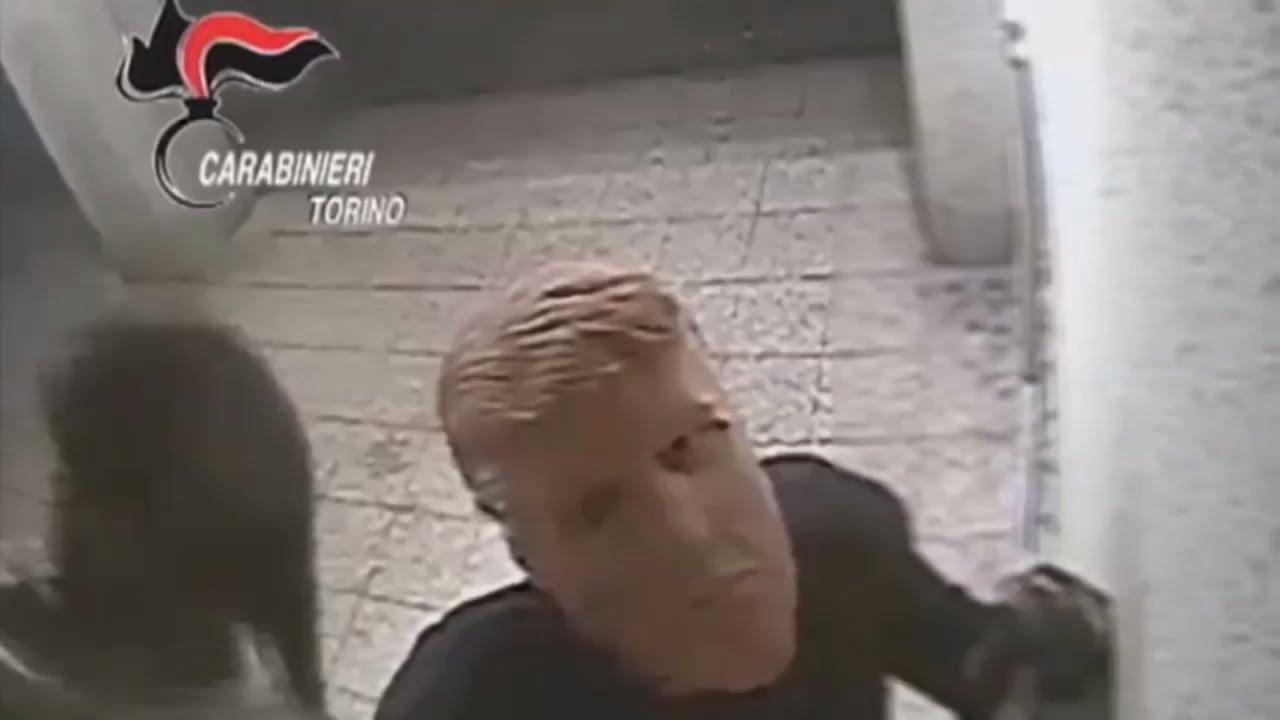 Воры с лицом Трампа: грабители в масках обчистили банкоматы в Турине