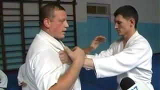 Техника защиты против захвата двумя руками за одежду.