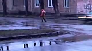 Запорожские коммунальщики кладут асфальт в лужу(Видео интернет-издания 061.ua., 2013-01-17T11:53:03.000Z)