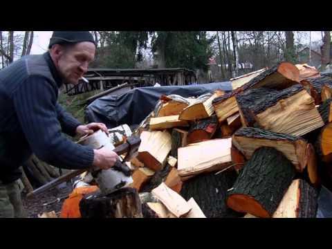 Rąbanie drewna na klocku starą siekierą.Jak prawidłowo rąbać drewno.
