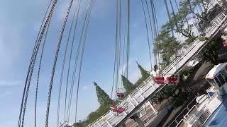 まるで大空を飛んでいるような気分になれる!くるくる回る空中ブランコ。意外と高く上がるので、回転しながら遊園地の景色も楽しめます。...