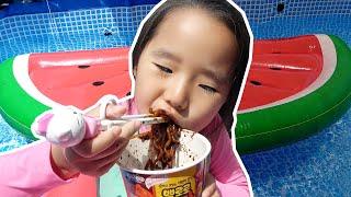 수영장에서 아빠랑 뽀로로 짜장면 먹기 Suji and Pororo Black Noodle In the swimming pool #리틀조이 Littlejoy