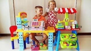 डियेना और रोमा सुपरमार्केट में खेलने की कल्पना कर रहे हैं