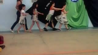 Raniely desfilando na escola Cantinho Infantil como mulher do super herói ..rsrsr