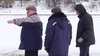 На Басів Куті у Рівному бензопилою рятувальники вирізали ополонку