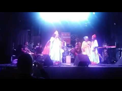 Coumba tilala con su grupo danza lamba