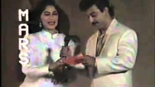 Kumar Sanu receiving his third Filmfare Award for Deewana (1