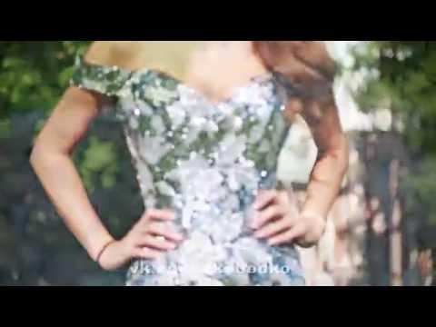 Блестящее платье из пайеток с шлефом и разрезом.