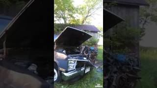 Des abrutis retirent le moteur d'une voiture