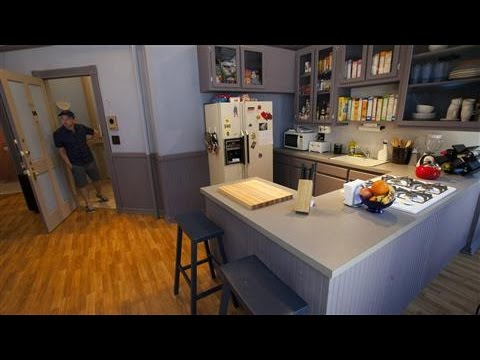 Fans-Get-Cozy-in-Seinfeld-Apartment