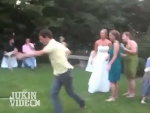 "12 Times Awkward Wedding Guests Decided to ""Shake It Off"" and Keep on Dancing"