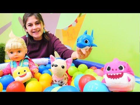 Ayşe Gül ve Loli'ye yeni oyuncak alıyor! Baby Shark oyuncakları! Havuz oyunları indir