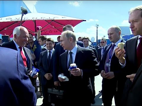 Putin treats officials to ice cream at MAKS Air Show