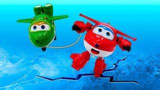 Видео про игрушки из мультфильма Супер Крылья! Супер Джетт катается с горки!