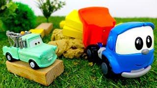 Грузовичок Лева и #машинки из мультика ТАЧКИ. Видео для детей: Лева Малыш и Мэтр строят басейн