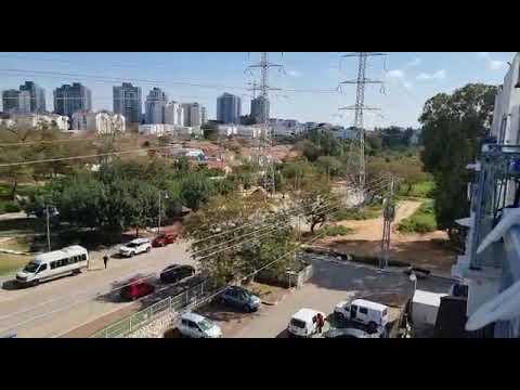 זמזום חשמל מקווי המתח ליד הבתים בפרדס חנה