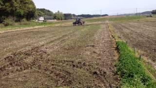 ブロードキャスターで、田んぼに肥やしをフリフリ