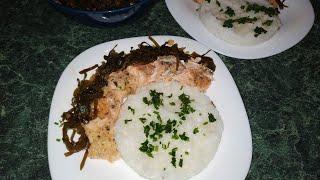 Рис с запечённой форелью и салат из морской капусты