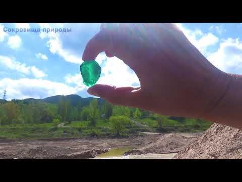 Зелёные камушки приятно глазу посмотреть