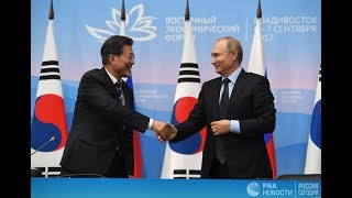 Путин приветствует президента Южной Кореи Мун Чжэ Ина