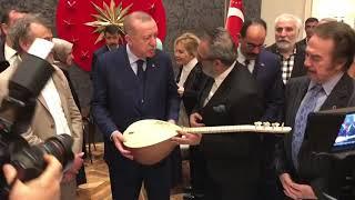 Yavuz Bingöl özel sazını Cumhurbaşkanı'na hediye etti