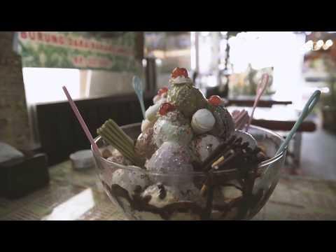 Makan Es Krim Super Besar dengan Nuansa Taman Romantis