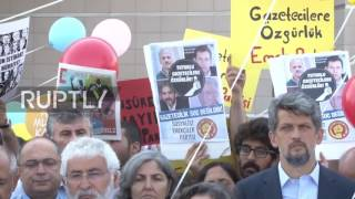 Turkey: Protesters picket courthouse as terrorism trial begins for 17 Cumhuriyet journalists