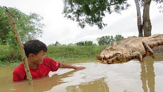 Terrifying!! Brother & Sister Catch Big Crocodile While Catching Crab - How To Catch Big Crocodile