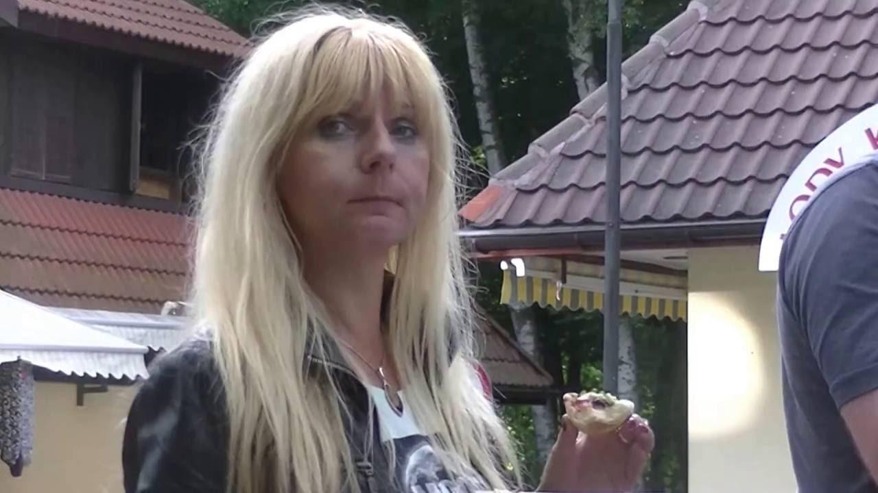 POLICYJNA INTERWENCJA W ŁEBIE - KOPIE SIĘ KLIENTA ,  KTÓRY CHCE TANIEJ ZJEŚĆ KEBABA