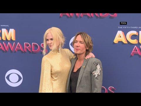 Kidman shimmers alongside Urban on ACM red carpet