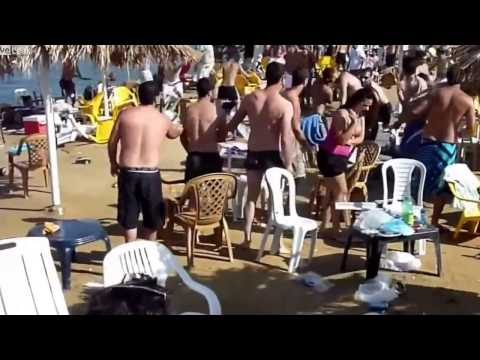 Pelea de sillas en la playa   Videos Divertidos 2013