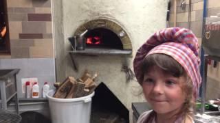 София готовит пиццу Маргарита в ресторане Веранда