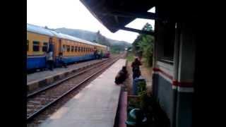 Silang KA Lokal Pwk-Cibatu dengan Lodaya Pagi (Slo-Bandung) di St. Nagreg
