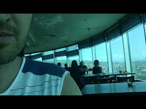 Egyszer csak elindul Bryan Adamstől a Heaven a szarajevói Avaz Twist Tower tetején!