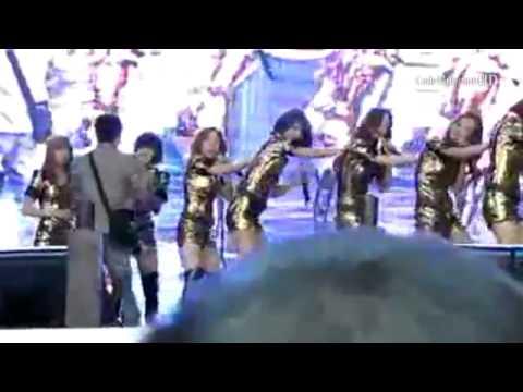 Taeyeon  SNSD bị sao nam cuồng kéo trên sân khấu