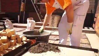 видео Устройство отмостки: делаем подстилающий слой и покрытие из брусчатки